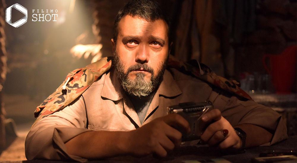 کامبیز دیرباز در نمایی از فیلم تک تیرانداز