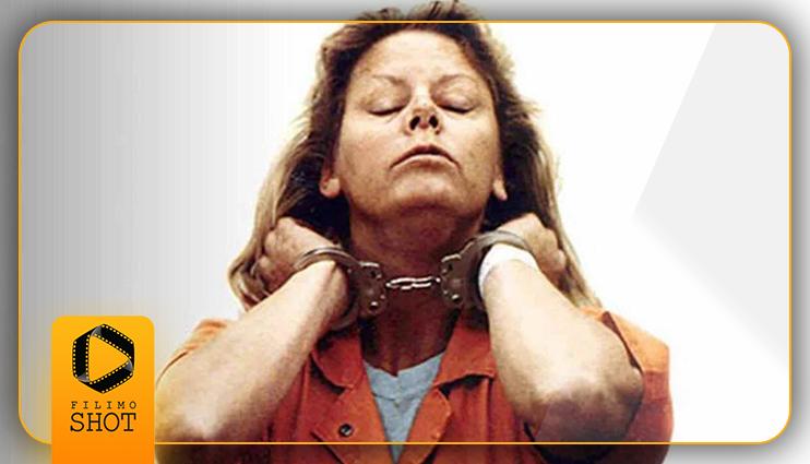 شارلیز ترون در نمایی از فیلم هیولا در نقش یک قاتل سریالی